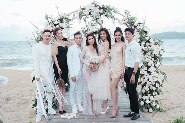 Đám cưới chị ruột Ngọc Trinh: Cô dâu diện đầm nóng bỏng, cười hạnh phúc bên chú rể kém tuổi - ảnh 8