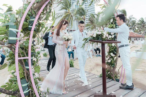 Đám cưới chị ruột Ngọc Trinh: Cô dâu diện đầm nóng bỏng, cười hạnh phúc bên chú rể kém tuổi - ảnh 11