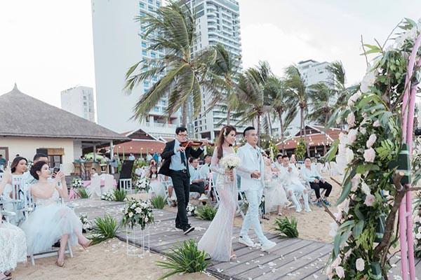 Đám cưới chị ruột Ngọc Trinh: Cô dâu diện đầm nóng bỏng, cười hạnh phúc bên chú rể kém tuổi - ảnh 10