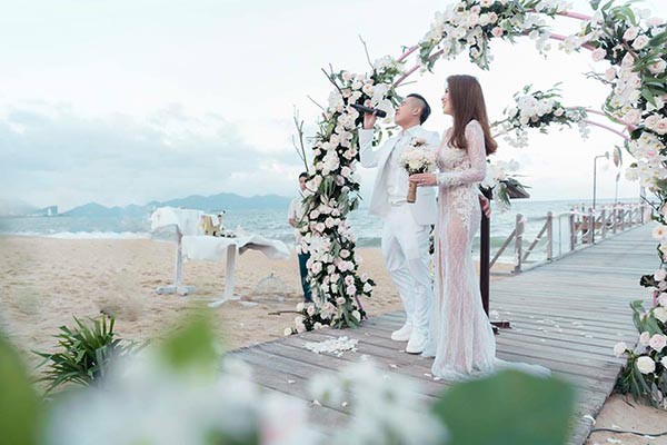 Đám cưới chị ruột Ngọc Trinh: Cô dâu diện đầm nóng bỏng, cười hạnh phúc bên chú rể kém tuổi - ảnh 5
