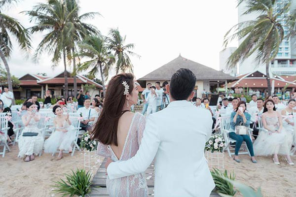 Đám cưới chị ruột Ngọc Trinh: Cô dâu diện đầm nóng bỏng, cười hạnh phúc bên chú rể kém tuổi - ảnh 2