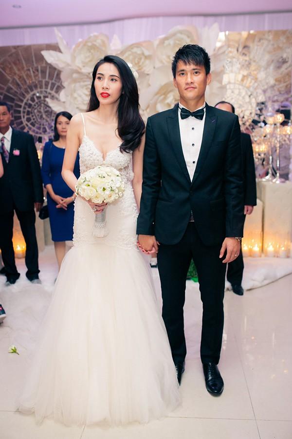 Đám cưới Công Vinh, Thủy Tiên: Khách lạ vô tư xin chữ ký, lấy trộm đồ trang trí - Ảnh 1.