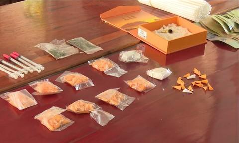 Bắt nhóm đối tượng tàng trữ gần 200 gói ma túy - Ảnh 2.