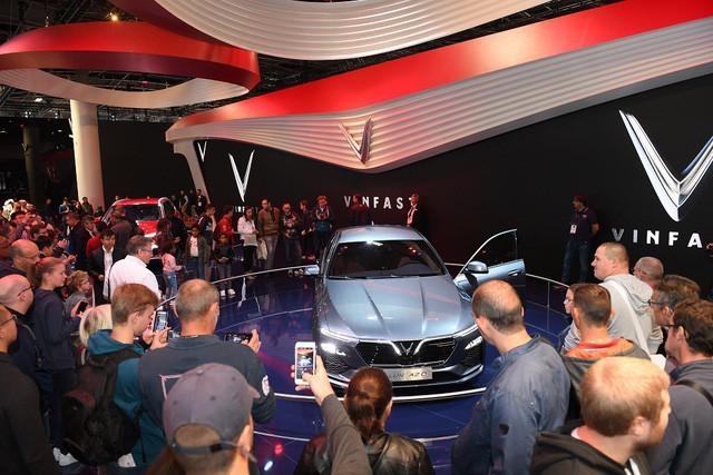 Quá tải gian hàng VinFast tại triển lãm ô tô Paris ngày cuối tuần - Ảnh 2.