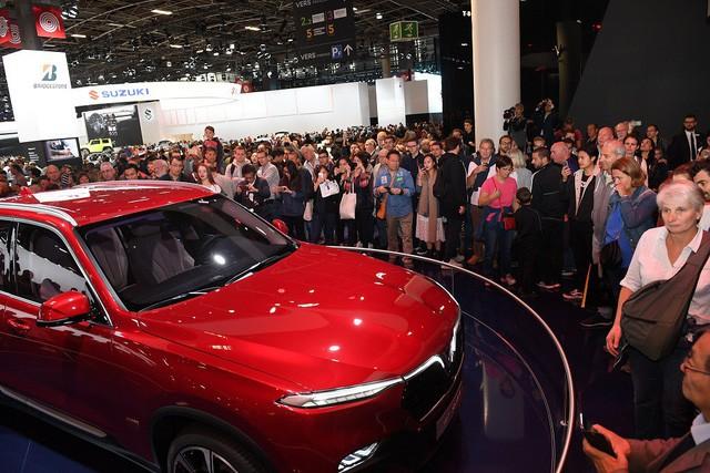 Quá tải gian hàng VinFast tại triển lãm ô tô Paris ngày cuối tuần - Ảnh 3.