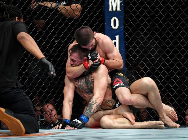 Trước khi bị khóa suýt chết, Gã điên McGregor được trọng tài bỏ qua hàng loạt hành động phạm quy - Ảnh 2.