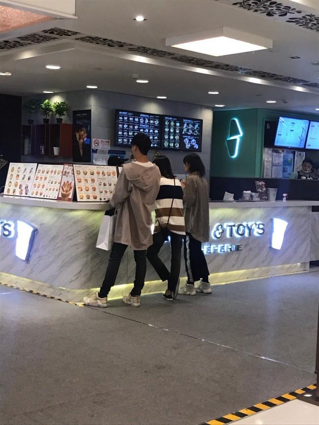 """Sau tin đồn đi xem nhà chuẩn bị kết hôn, Trịnh Sảng và """"phú nhị đại"""" đất Thượng Hải lại tình tứ đi xem phim - Ảnh 1."""