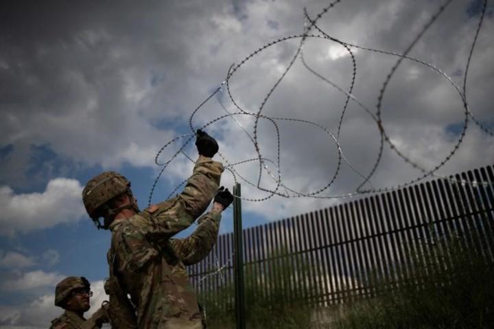 """Ảnh: Lính Mỹ giăng """"thiên la địa võng"""" với Mexico, chặn đứng dân di cư - Ảnh 1."""