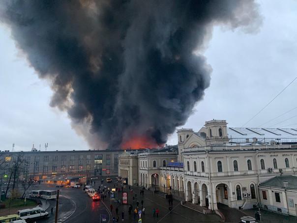 [NÓNG] Trung tâm thương mại ở St. Petersburg bốc cháy dữ dội, hơn 800 người phải sơ tán khẩn cấp