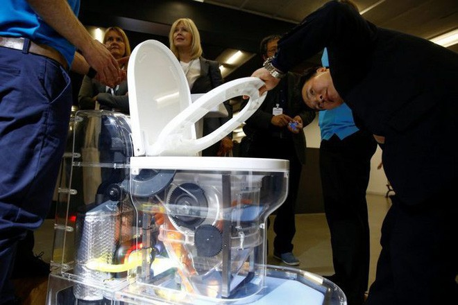 Cận cảnh bồn cầu kiểu mới của Bill Gates: Không cần nước, xử lý chất thải không để lại mùi, có thể tách nước khỏi phân - Ảnh 1.