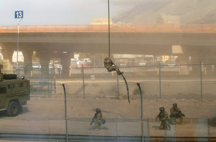 """Ảnh: Lính Mỹ giăng """"thiên la địa võng"""" với Mexico, chặn đứng dân di cư - Ảnh 11."""