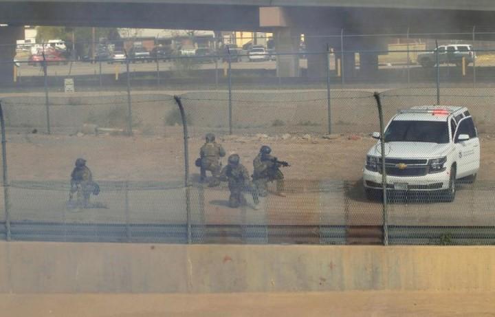 """Ảnh: Lính Mỹ giăng """"thiên la địa võng"""" với Mexico, chặn đứng dân di cư - Ảnh 14."""