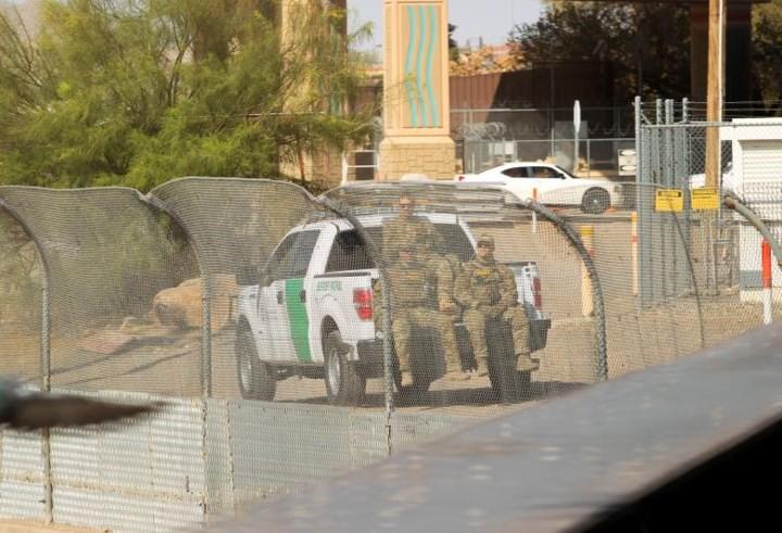"""Ảnh: Lính Mỹ giăng """"thiên la địa võng"""" với Mexico, chặn đứng dân di cư - Ảnh 15."""