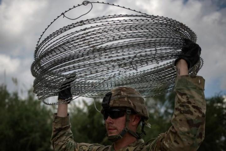"""Ảnh: Lính Mỹ giăng """"thiên la địa võng"""" với Mexico, chặn đứng dân di cư - Ảnh 4."""