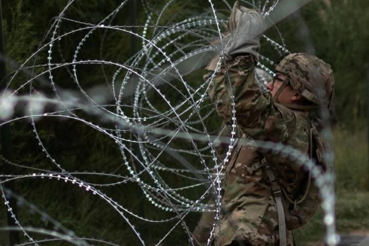 """Ảnh: Lính Mỹ giăng """"thiên la địa võng"""" với Mexico, chặn đứng dân di cư - Ảnh 7."""