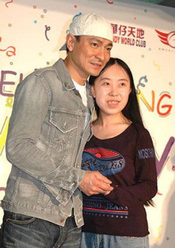 Cuộc sống hiện tại của fan cuồng Lưu Đức Hoa sau 11 năm bố tự tử cho con gặp thần tượng - Ảnh 1.