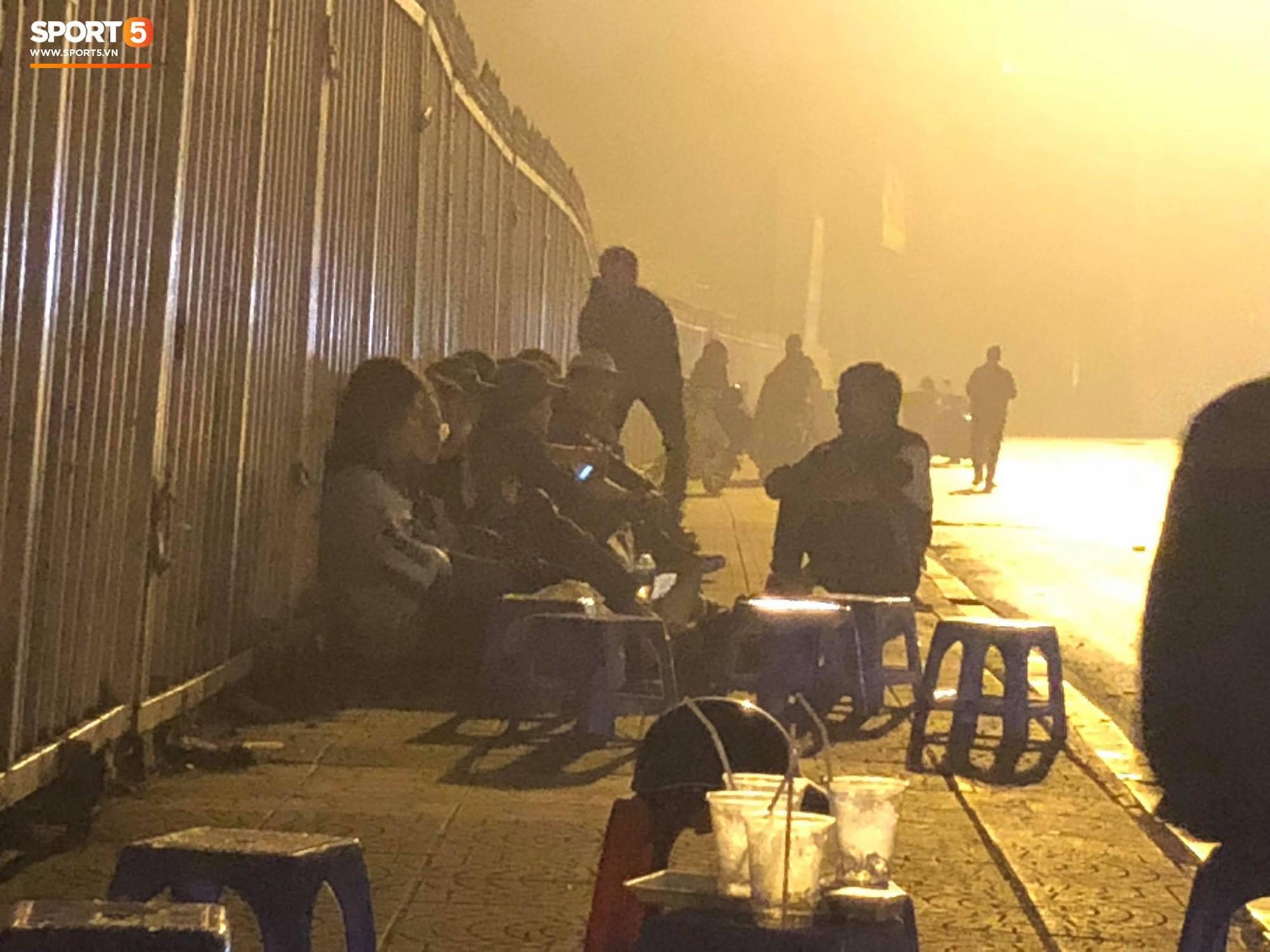 Người dân đội mưa và thức trắng đêm xếp hàng mua vé xem đội tuyển Việt Nam đấu Malaysia tại AFF Cup 2018 - Ảnh 3.
