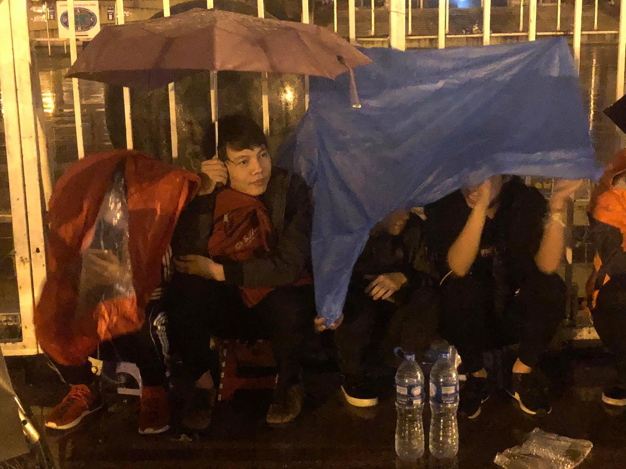 Người dân đội mưa và thức trắng đêm xếp hàng mua vé xem đội tuyển Việt Nam đấu Malaysia tại AFF Cup 2018 - Ảnh 6.
