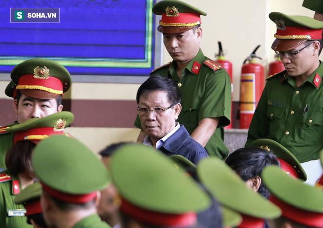 Cựu tướng Phan Văn Vĩnh liên tục bóp trán, lộ vẻ mệt mỏi trước phút khai nhầm - Ảnh 3.