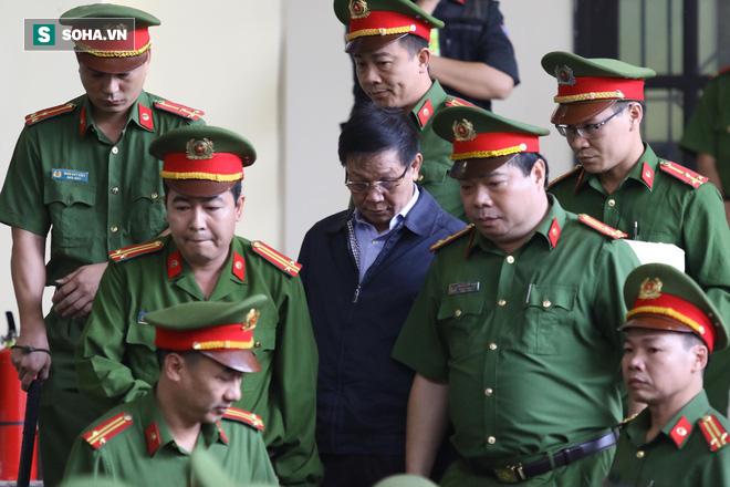 Cựu tướng Phan Văn Vĩnh liên tục bóp trán, lộ vẻ mệt mỏi trước phút khai nhầm - Ảnh 2.