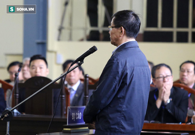 Cựu tướng Phan Văn Vĩnh liên tục bóp trán, lộ vẻ mệt mỏi trước phút khai nhầm - Ảnh 9.
