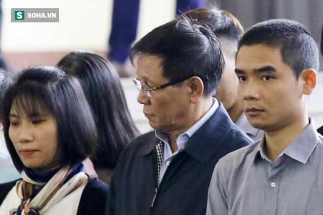 Cựu tướng Phan Văn Vĩnh liên tục bóp trán, lộ vẻ mệt mỏi trước phút khai nhầm - Ảnh 10.
