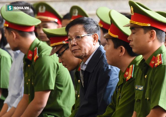 Cựu tướng Phan Văn Vĩnh liên tục bóp trán, lộ vẻ mệt mỏi trước phút khai nhầm - Ảnh 5.