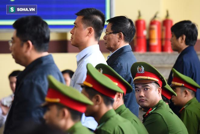 Cựu tướng Phan Văn Vĩnh liên tục bóp trán, lộ vẻ mệt mỏi trước phút khai nhầm - Ảnh 11.