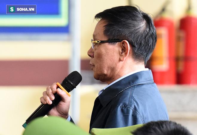 Cựu tướng Phan Văn Vĩnh liên tục bóp trán, lộ vẻ mệt mỏi trước phút khai nhầm - Ảnh 12.