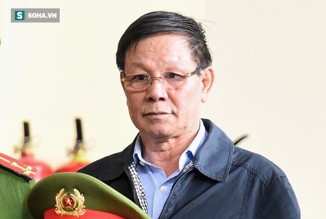 Cựu tướng Phan Văn Vĩnh liên tục bóp trán, lộ vẻ mệt mỏi trước phút khai nhầm - Ảnh 13.