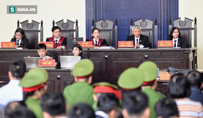 Cựu tướng Phan Văn Vĩnh liên tục bóp trán, lộ vẻ mệt mỏi trước phút khai nhầm - Ảnh 14.