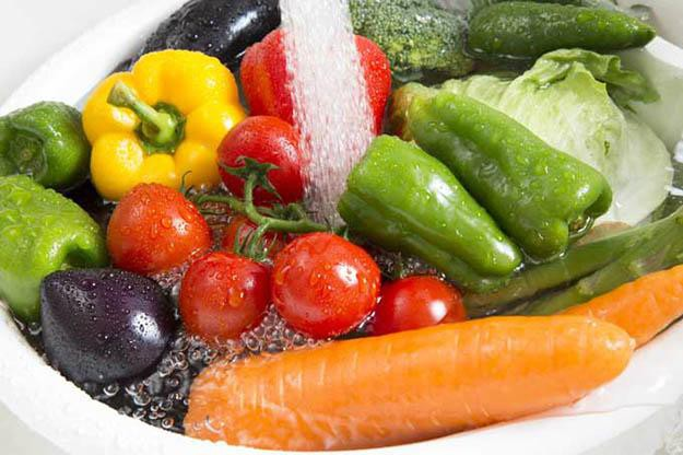 Ngâm rau quả vào nước muối có loại bỏ hoá chất, thuốc trừ sâu? Hãy nghe chuyên gia trả lời - Ảnh 2.