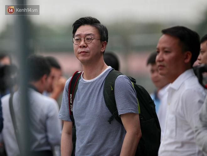 Phóng viên Hàn Quốc bị choáng, so sánh cảnh fan Việt chen lấn mua vé với độ hot của liveshow BTS - Ảnh 1.