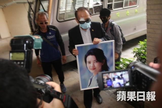 Lễ hoả táng của Lam Khiết Anh: Chị gái trùm kín mặt xuất hiện tiều tụy, người thân khóc nức nở - Ảnh 11.