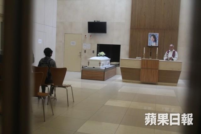 Lễ hoả táng của Lam Khiết Anh: Chị gái trùm kín mặt xuất hiện tiều tụy, người thân khóc nức nở - Ảnh 12.