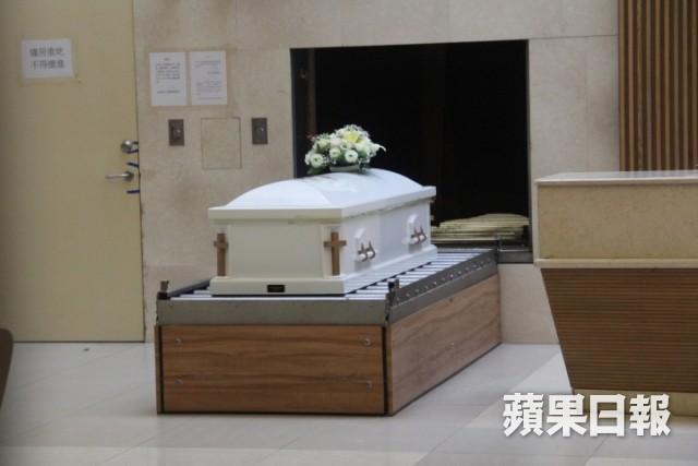 Lễ hoả táng của Lam Khiết Anh: Chị gái trùm kín mặt xuất hiện tiều tụy, người thân khóc nức nở - Ảnh 14.