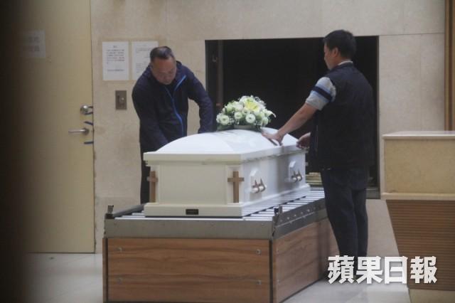 Lễ hoả táng của Lam Khiết Anh: Chị gái trùm kín mặt xuất hiện tiều tụy, người thân khóc nức nở - Ảnh 15.