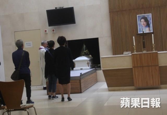 Lễ hoả táng của Lam Khiết Anh: Chị gái trùm kín mặt xuất hiện tiều tụy, người thân khóc nức nở - Ảnh 16.