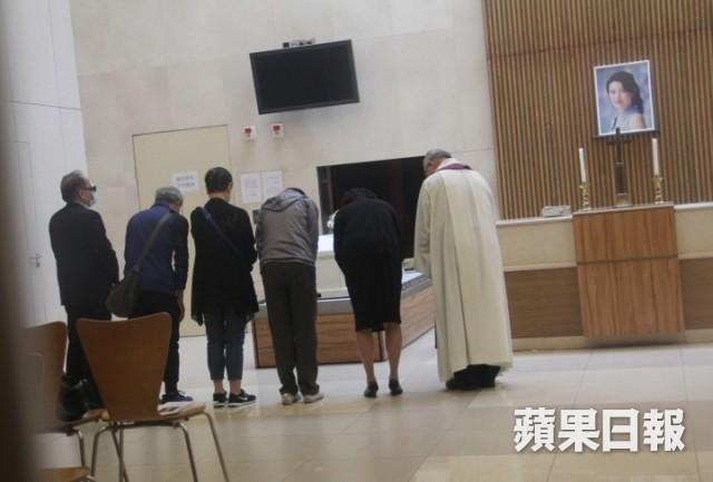 Lễ hoả táng của Lam Khiết Anh: Chị gái trùm kín mặt xuất hiện tiều tụy, người thân khóc nức nở - Ảnh 17.