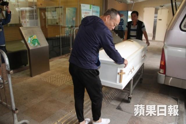 Lễ hoả táng của Lam Khiết Anh: Chị gái trùm kín mặt xuất hiện tiều tụy, người thân khóc nức nở - Ảnh 7.