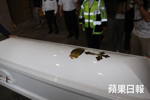 Lễ hoả táng của Lam Khiết Anh: Chị gái trùm kín mặt xuất hiện tiều tụy, người thân khóc nức nở - Ảnh 9.