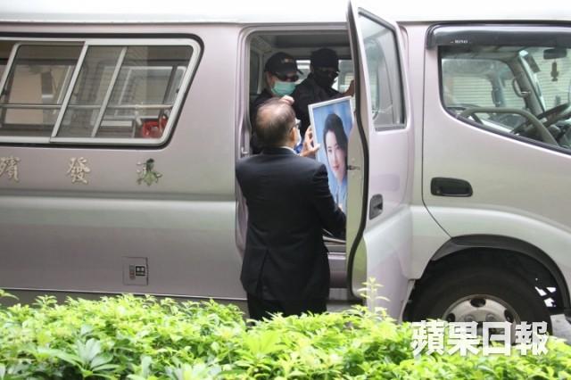 Lễ hoả táng của Lam Khiết Anh: Chị gái trùm kín mặt xuất hiện tiều tụy, người thân khóc nức nở - Ảnh 10.