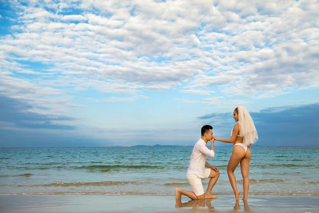 Lại thêm một bộ ảnh cưới khá sốc, cô dâu có thân hình bốc lửa táo bạo khoe vòng 3 nóng bỏng - Ảnh 1.