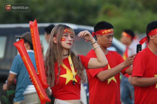 Loạt CĐV nữ xinh xắn chiếm spotlight trước đại chiến Việt Nam - Malaysia - Ảnh 2.