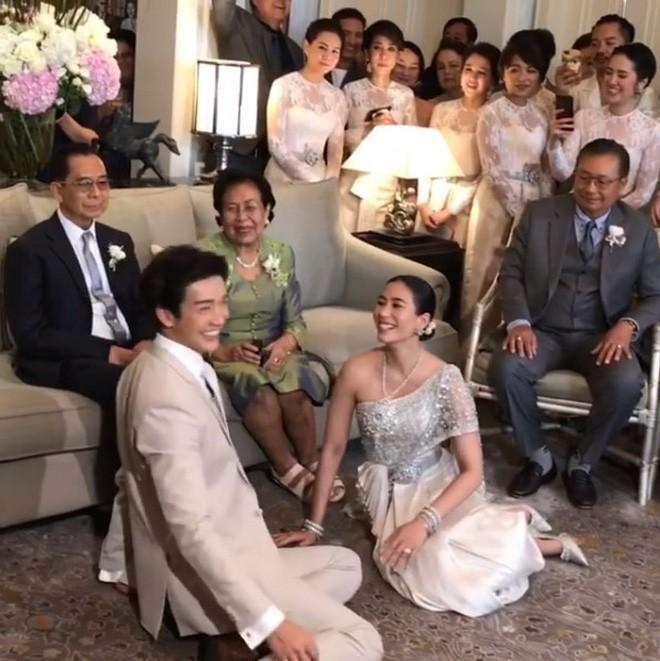Đám cưới cặp quyền lực nhất Tbiz Push Puttichai và Jooy: Hôn lễ truyền thống siêu sang, dàn phù dâu phù rể khủng - Ảnh 12.