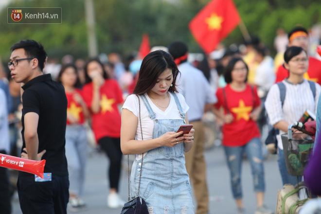 Loạt CĐV nữ xinh xắn chiếm spotlight trước đại chiến Việt Nam - Malaysia - Ảnh 6.