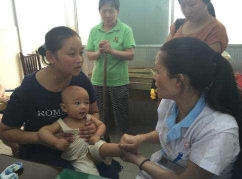 Bé 9 tháng tuổi bị bại não chỉ vì mẹ đặt thứ này dưới gối - Ảnh 1.
