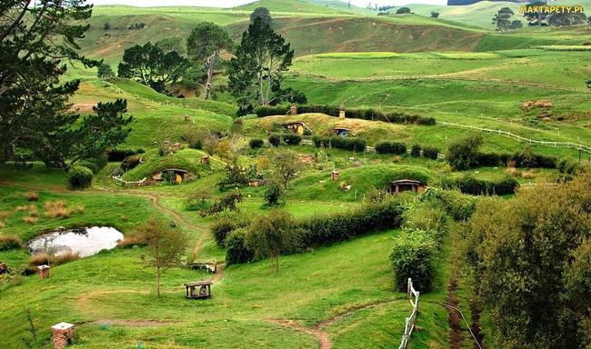 Ngôi làng độc đáo khi toàn bộ các nhà trong làng được xây dựa trên ý tưởng về ngôi nhà của người lùn Hobbit - Ảnh 1.