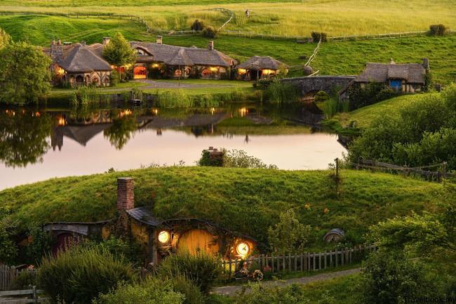 Ngôi làng độc đáo khi toàn bộ các nhà trong làng được xây dựa trên ý tưởng về ngôi nhà của người lùn Hobbit - Ảnh 2.