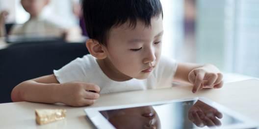Trẻ vừa ăn vừa chơi nguy hiểm như thế nào?